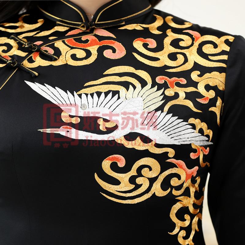苏绣旗袍是中国传统刺绣工艺服饰的精髓