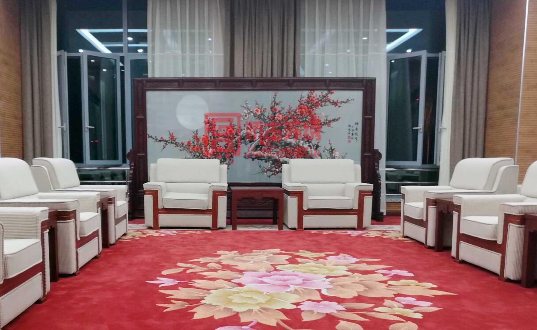 大型苏绣屏风定制案例--某机场贵宾室定制经典红梅双面绣屏风